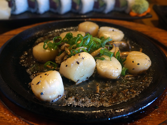 sizzling hotate and shimeji itame